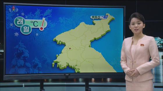 조선중앙TV 날씨 코너에서 기상캐스터가 그래픽으로 북한 전역 날씨를 설명하는 모습. [조선중앙TV 캡처]