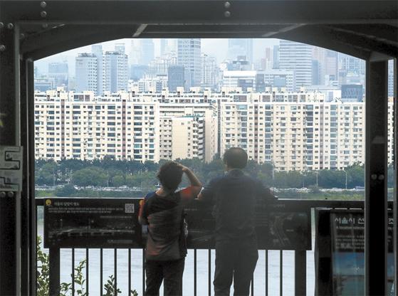 8월 4일 서울 한강 변에서 바라본 강남구 압구정 현대아파트 모습. 이날 발표된 주택공급 확대방안에 공공재건축이 포함되면서 서울 주요 재건축 단지 주민들의 반응이 이목을 끌었다. / 사진:뉴시스
