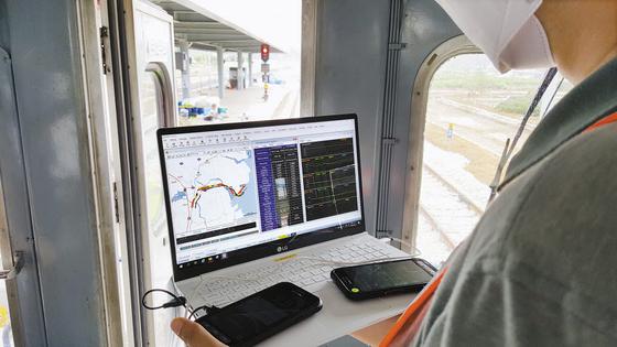 열차 안에서 단말기와 품질측정기로 LTE-R 통화 품질을 테스트하는 모습(왼쪽 사진). LTE-R 안테나를 시공하고 있다. [사진 한국철도시설공단]