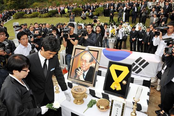 2010년 10월 14일 국립대전현충원 국가사회공헌자묘역에서 열린 황장엽 전 북한 노동당 비서의 안장식. [중앙포토]