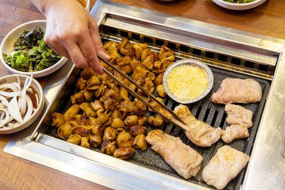 대구 안지랑 곱창골목 '성주곱창막창'의 곱창과 막창 요리. 장진영 기자