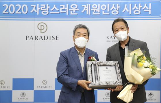 사진 : 미디어 아티스트 양만기(우측), 계원학원 김영식 이사장(좌측)