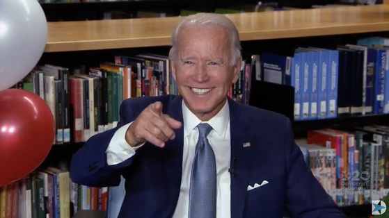 전당대회 이틀째인 18일(현지시간) 조 바이든 전 부통령이 민주당 대통령 후보로 공식 확정된 직후 영상 속에서 환하게 웃고 있다. [AFP=연합뉴스]