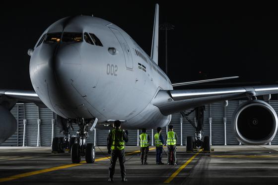 지난달 23일 오전 공군 김해기지에서 장병들이 이라크 파견 근로자 등 우리 교민을 안전하게 귀국시키기 위해 투입되는 KC-330 공중급유기가 이륙할 준비를 하고 있다. 이 사진은 기사와 직접적인 관련 없음. 뉴스1