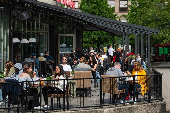 지난 5월 29일 스웨덴 스톡홀름의 한 카페에서 시민들이 식사를 하고 있다. [AFP=연합뉴스]