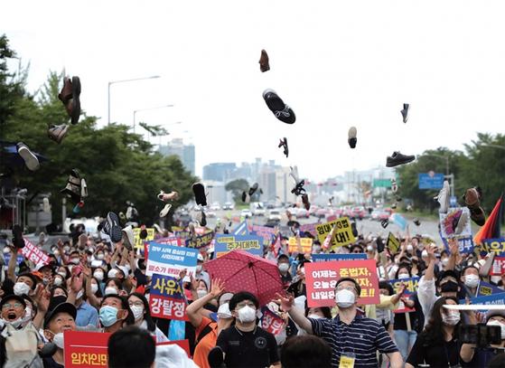 8월 1일 정부 부동산 규제에 반대하는 집회 참가자들이 신발 투척 퍼포먼스를 연출했다. / 사진:연합뉴스