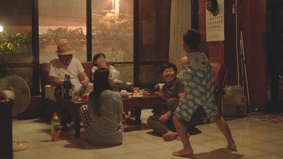 윤단비 감독의 장편영화 데뷔작 '남매의 여름밤'에서 할아버지집에 모인 가족의 행복한 한때다. [사진 그린나래미디어]