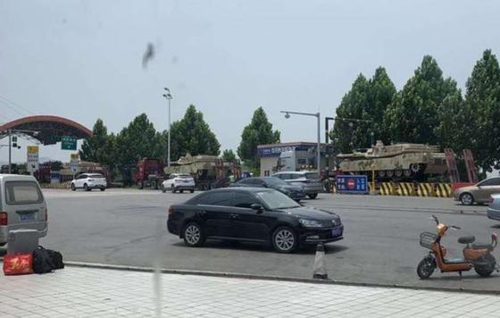 중국에서 목격된 전차는 미국의 M1 전차를 닮았다. [sohu.com 캡쳐]