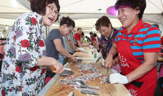 부산의 대표적 어시장 축제인 명지 전어 축제 장면. 중앙포토