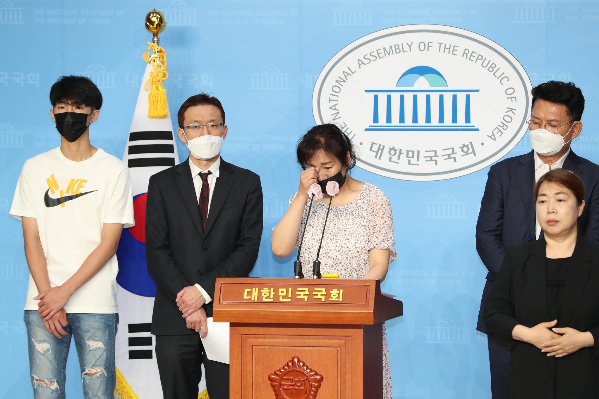 故 고유민 선수의 어머니가 20일 오전 서울 국회 소통관에서 기자회견을 열고 사망 의혹 관련 진상 규명을 촉구하고 있다. 중앙포토