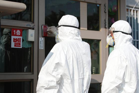 코호트격리(동일집단격리) 중인 대구의 한 요양원에서 방역업체 관계자들이 내부로 들어가고 있다. [뉴스1]