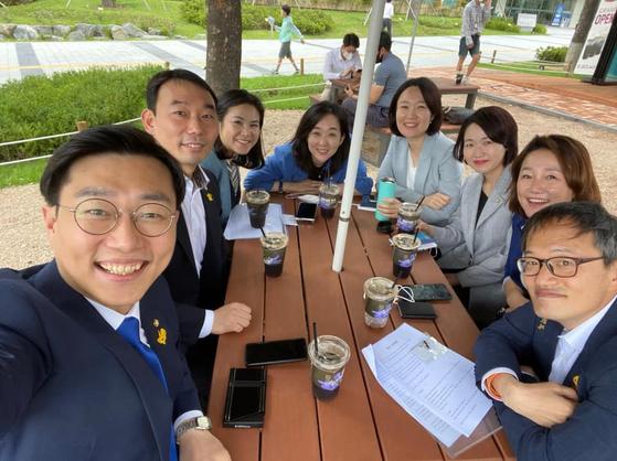 지난달 25일 김용민 의원이 자신의 페이스북에 올린 사진. 왼쪽부터 장경태 의원, 김용민 의원, 최지은 국제대변인, 최혜영 의원, 이소영 의원, 홍정민 의원, 이재정 의원, 박주민 의원 [김용민 의원 페이스북]