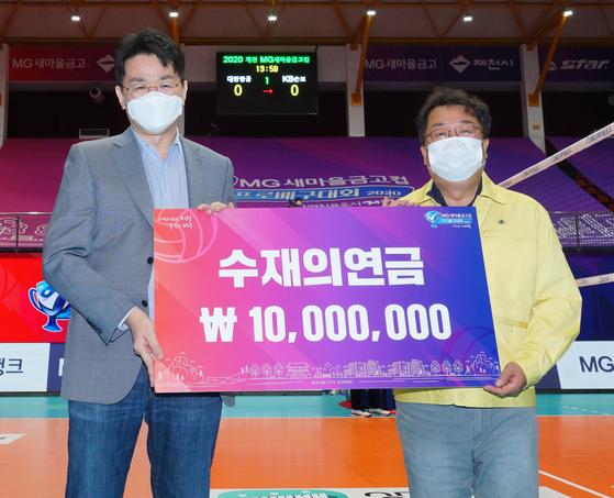 조원태 한국배구연맹 총재(왼쪽)와 이상천 제천시장. 한국배구연맹 제공