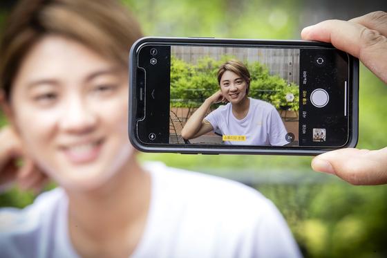 최나연은 핸드폰으로 유튜브 동영상을 찍는다. 장진영 기자