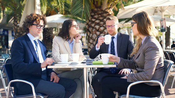 격월로 모여 주식 투자에 대한 정보를 나누는 지인들의 모임에 얼떨결에 참석하게 되었다가 마음이 답답해졌습니다. [사진 pxfuel]
