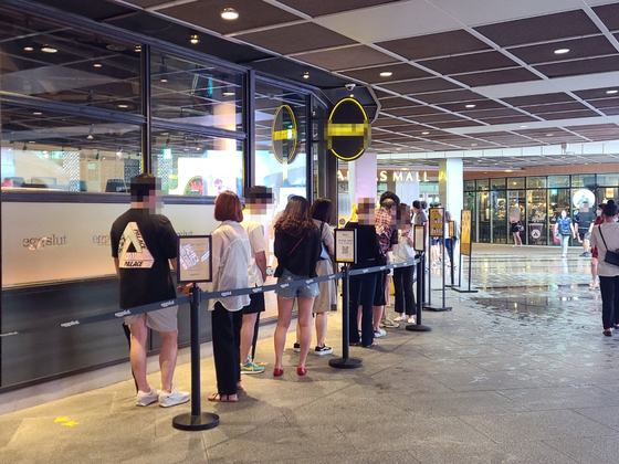 22일 오후 서울 코엑스 내 한 음식점에 대기 줄이 늘어서 있다. 권혜림 기자