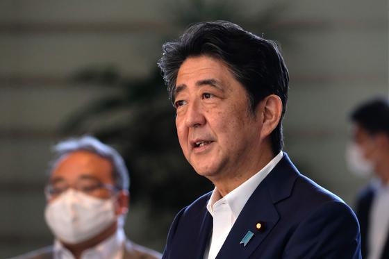 아베 신조 일본 총리가 건강 악화설이 나오고 있는 가운데 지난 19일 관저로 출근해 기자들의 질문에 답하고 있다. [AFP=연합뉴스]