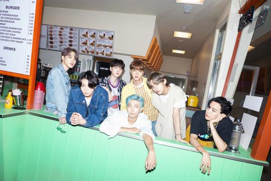 21일 신곡 '다이너마이트'를 공개한 방탄소년단. [사진 빅히트엔터테인먼트]