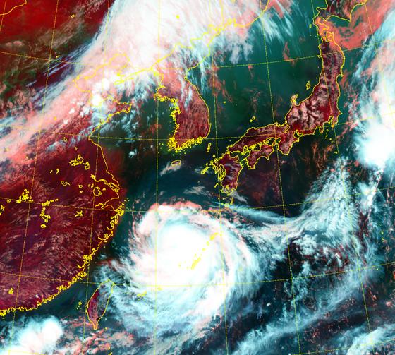 24일 오전 태풍 바비는 일본 서북서쪽 해상에서 느리게 북상 중이다. 25일 밤 제주도를 시작으로 26일 남부서해안, 27일 오전 중부서해안에 가장 근접하며 영향을 끼친다, 자료 기상청