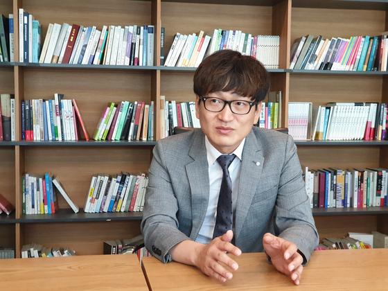 """개그맨 김영민씨는 21일 '개그맨이 지금보다 대통령을 자유롭게 풍자할 수 있어야 한다""""고 말했다. 유성운 기자"""