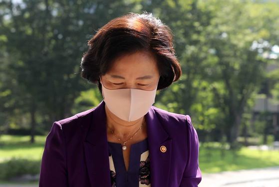 추미애 법무부 장관이 24일 과천 법무부 청사로 출근하고 있다. 김상선기자