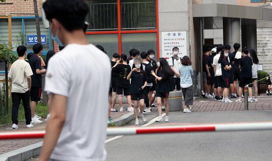 지난 20일 오전 서울 송파구의 한 고등학교에서 학생들이 검사를 기다리고 있다. 뉴스1