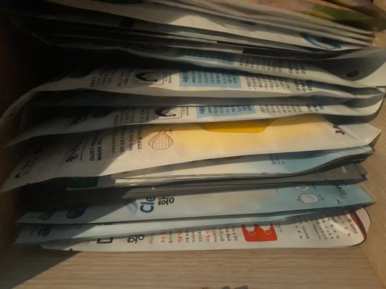 코로나19 환자가 늘면서 KF94 마스크를 찾는 이들이 늘고 있다. 사진은 한 가정집에 보관 중인 여러 종류의 마스크들. 사진 독자
