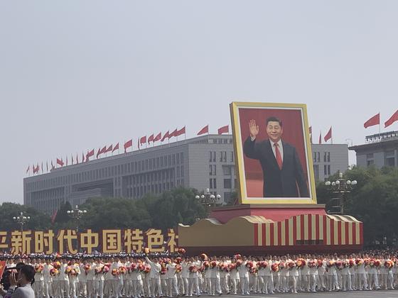 지난해 10 월 1 일 중국 건국 70 주년 기념 행사에서 시진핑 중국 주석의 초대형 초상화가 등장 해 눈길을 끌었다. [신경진 기자]