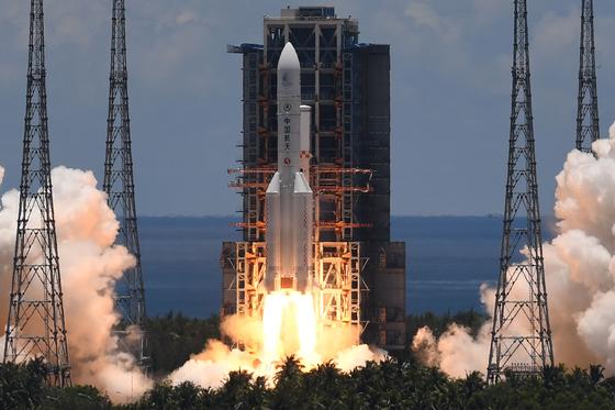 중국 최초의 화성 탐사선 톈 위안 -1을 탑재 할 창정 -5 Y4 로켓이 7 월 23 일 하이난 성 원창 우주 발사 기지의 발사대를 이륙한다.[AFP=연합뉴스]