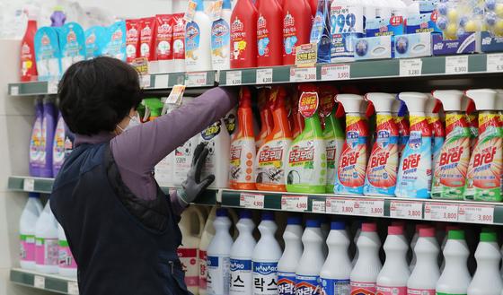 ※기사와 사진은 관계없습니다. 서울의 한 대형마트에 진열된 세정제와 세탁세제. 뉴스1