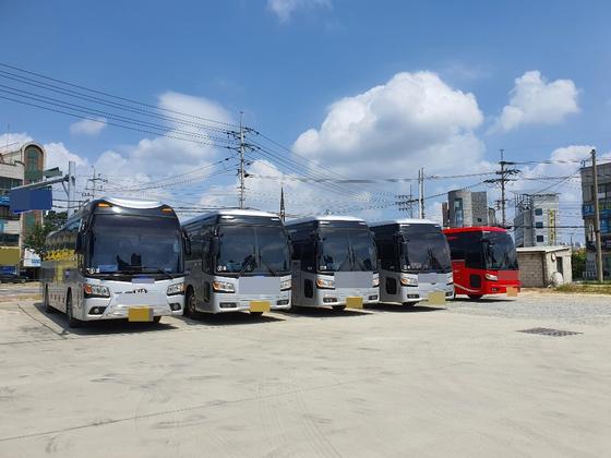 지난 24일 충북 청주시에 있는 한 전세버스 업체. 차고지에 운행을 하지 않는 버스가 서 있다. 최종권 기자