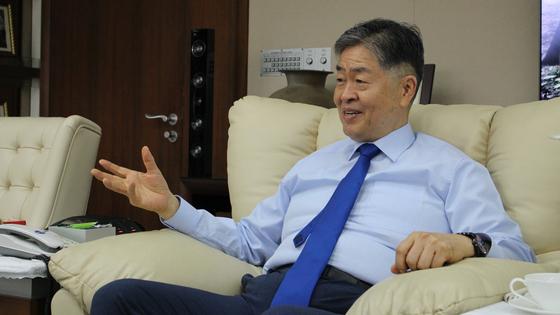 김영훈 회장이 인사동 사무실에서 인터뷰에 응하고 있다. 그는 효율, 국익, 과학기술이 에너지 정책의 기준이 되어야 한다고 했다. 전영기 기자