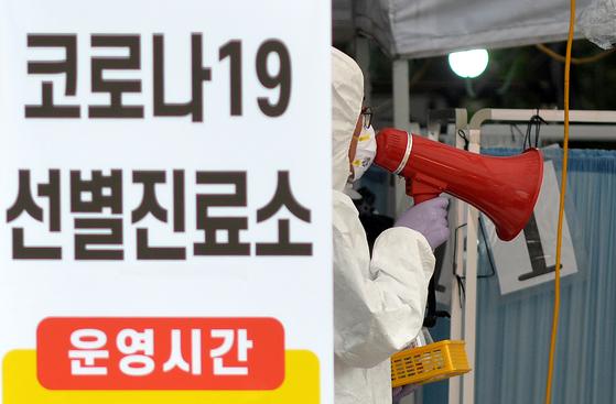 대전 서구 보건소 코로나 19 검진 클리닉에서는 의료진이 시민들을 대상으로 코로나 19 검사를 실시하고있다.  김성태 /2020.08.24.