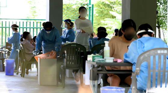 지난 24일 인천 서구 불로중학교에 마련된 선별진료소에서 학생들이 검체 검사를 받고 있다. 뉴스1