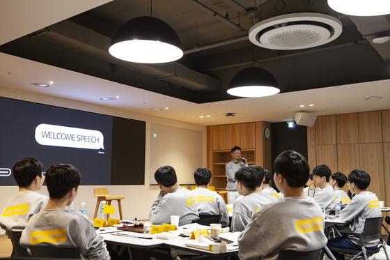 지난해 11월 김범수 카카오 의장이 신입 직원들에게 카카오 문화를 소개하고 있다. [사진 카카오]