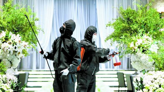 19일 수도권의 한 예식장에서 직원들이 신종 코로나바이러스 감염증(코로나19) 예방을 위해 방역을 하고 있다. 기사 내용과는 관련 없음. 뉴스1