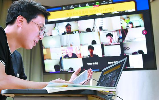 다음 달 11일까지 수도권 지역 학교에서 등교를 중단하고 원격수업으로 전환하는 방침(고3 제외)이 발표된 25일 경기도 수원 태장고등학교에서 한 교사가 온라인 수업을 하고 있다. [뉴시스]