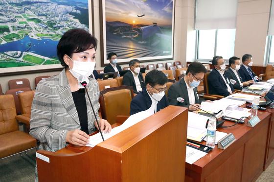 김현미 국토교통부장관이 25일 오전 국회에서 열린 국토교통위원회 전체회의에서 업무보고 하고 있다. 오종택 기자