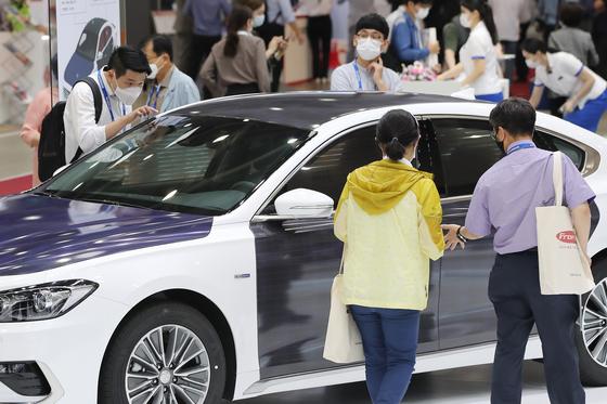 지난 7월 15일 오전 대구 엑스코(EXCO)에서 개막한 '2020 국제 그린에너지 엑스포' 전시장을 찾은 관람객들이 현대자동차 태양광충전 하이브리드 컨셉트 카를 살펴보고 있다. 뉴스1