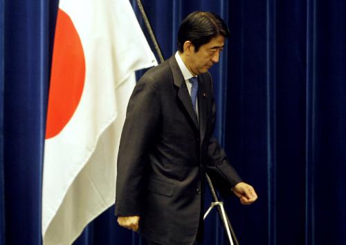 아베 신조 일본 총리가 2007 년 9 월 12 일 긴급 기자 회견에서 사임을 발표 한 직후 [중앙포토]
