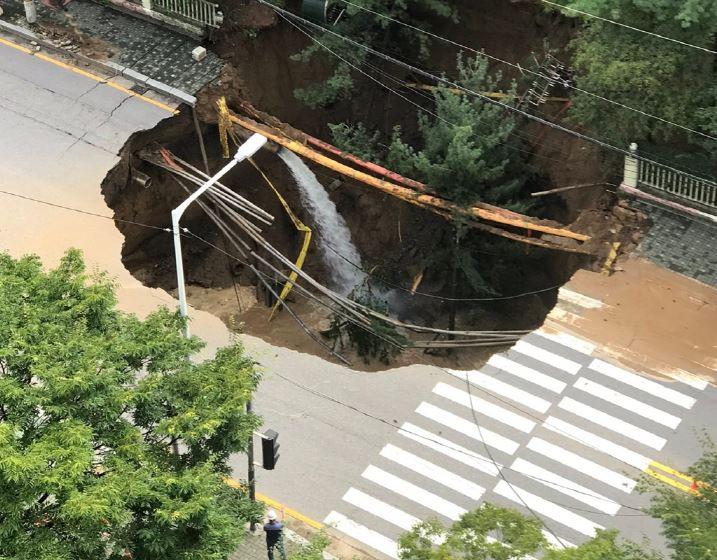 26일 오후 3시45분께 경기도 구리시 교문동의 813번지 아파트단지 앞에서 대형 땅거짐 현상(싱크홀)이 발생했다. 뉴스1