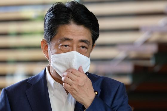 아베 신조 일본 총리가 24일 게이오대학 병원을 방문한 후 관저에 도착해 기자들의 질문에 답하고 있다. [AFP=연합뉴스]