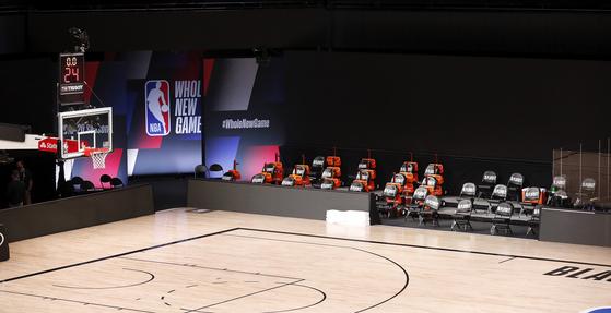 밀워키 벅스와 올란도 매직스의 NBA 플레이오프 경기가 예정돼 있던 26일(현지시간), 벅스 선수들이 경기장에 나오지 않고 시합을 보이콧했다. NBA는 몰수 등의 결정을 내리지 않고 경기를 연기하기로 했다 . [EPA=연합뉴스]