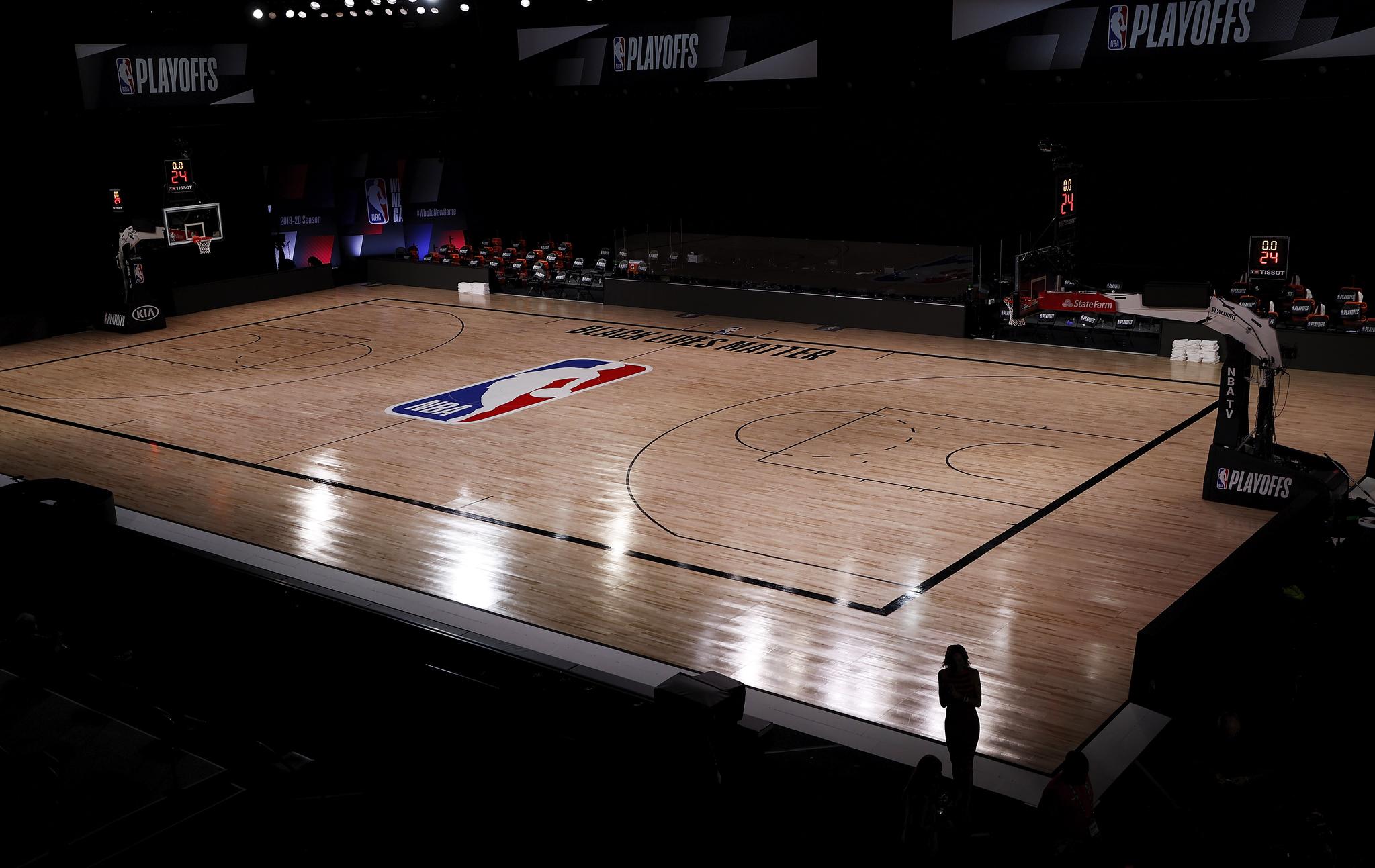 27일 NBA 플레이오프가 예정됐던 플로리다 농구 코트가 텅텅 비어 있다. NBA 밀워키 벅스 선수단은 위스콘신주 흑인 피격에 항의하는 차원에서 경기를 거부했다. [EPA=연합뉴스]