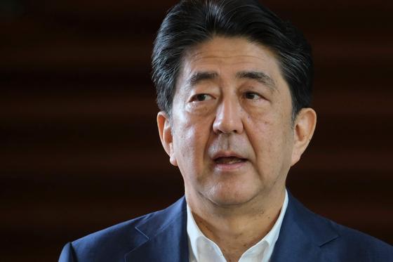 아베 신조 일본 총리가 지난 24일 병원을 다녀온 뒤 관저로 나와 기자들의 질문에 답하고 있다. [AFP=연합뉴스]
