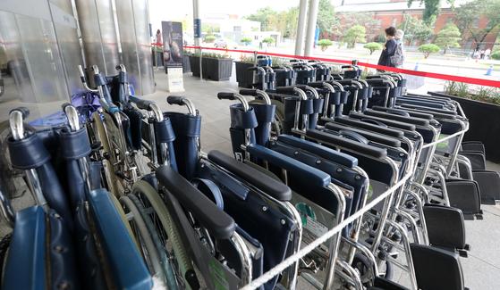 27일 오후 서울 종로구 서울대병원 응급의료센터 앞에 환자용 휠체어들이 놓여 있다. 뉴스1