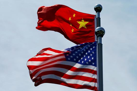 중국 오성홍기와 미국 성조기가 중국 상하이에 나부끼고 있다. 이번 대선에서 미국 민주당과 공화당은 대중강경노선에서 한목소리를 내고 있다. [로이터=연합뉴스]