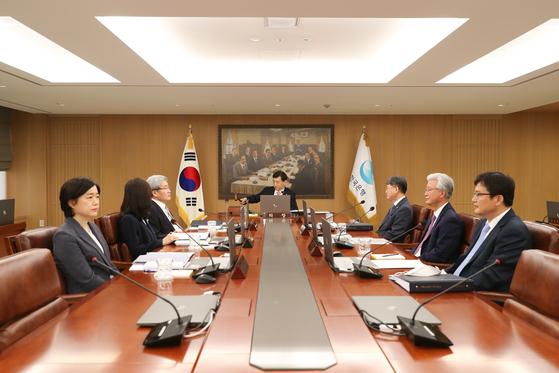 이주열 한국은행 총재(가운데)가 28일 오전 서울 중구 한국은행에서 열린 금융통화위원회 본회의에서 회의를 주재하고 있다. 중앙포토