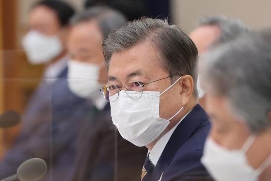 문재인 대통령이 27일 청와대 본관에서 열린 한국 개신교회 지도자 초청 간담회에서 참석자 소개를 받고 있다. 연합뉴스