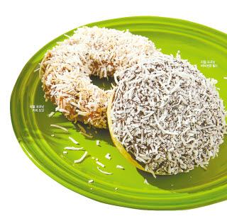 열대 과일의 왕으로 불리는 코코넛과 파인애플을 활용한 8월 이달의 도넛 3종. 리얼 코코넛 커피 도넛, 리얼 코코넛 버터크림 필드, 썸머 파인애플 필드로 구성됐다. [사진 던킨]
